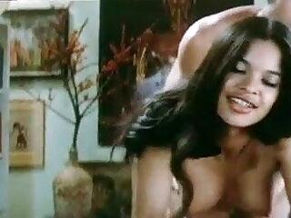 ग्लैमर फुल हद सेक्सी मूवी बेब पैंटी और मोज़ा में हस्तमैथुन करता है